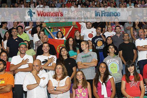 People watching basketball in Matosinhos