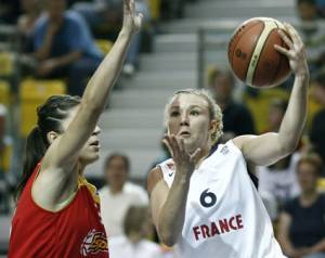 Mélanie Plust playing against Spain at 2009 U20 European Championship final © Wojciech Fiourski- FIBA Europe