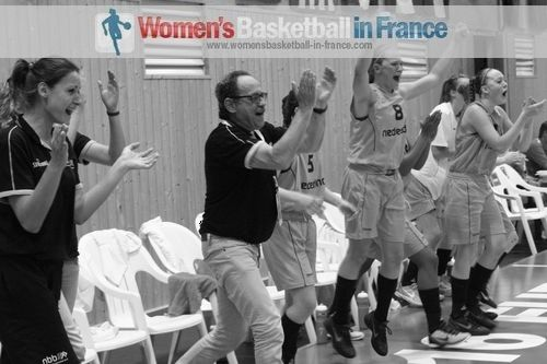 The Netherlands U16 team bench jump for joy © womensbasketball-in-france.com