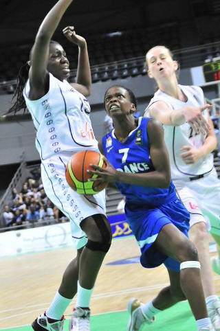 Olivia Epoupa drives to Basket © FIBA