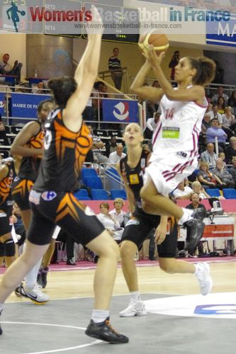 Margaux Galliou-Loko defending against Majda Ghariani at the Open LFB 2011 ©  womensbasketball-in-france.com