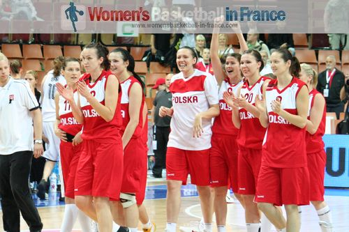 Polish team greating their fans after victory at EuroBasket 2011© womensbasketball-in-france.com