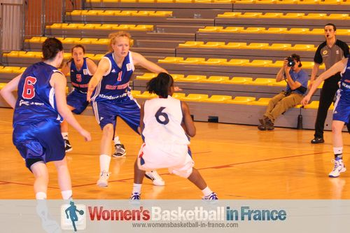 Princesse Goubou on the attack alone against Great Britain © womensbasketball-in-france.com