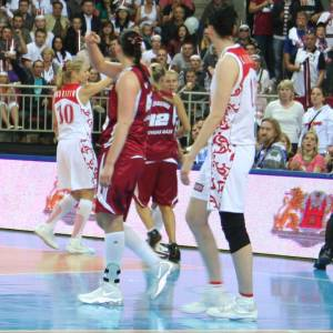 Russian and Latvian players after the match © womensbasketball-in-france.com