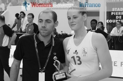 Sara Chevaugeon with player of the year award (Espoir)