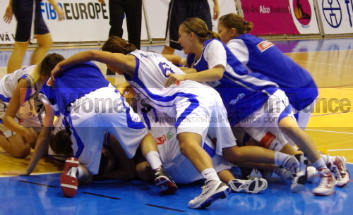 Slovenia U18 celebrating again © womensbasketball-in-france.com