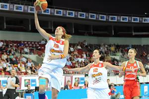 Amaya Valdemoro scoring at the EuroBasket women 2009 semi-final ©  Agenzia Ciamillo-Castoria/E.Castoria