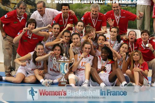Spain U16 players and staff celebrating in Miskolc after winning 2012 FIBA  Europe U16 European Championship final: © wMaria Cazorla, Medina, Angela Salvadores, Carla Romeu, Nogaye Lo Sylla, Cristina Molinuevo, Laura Quevedo, Laia Clavero, Elena Capella, Itsaso Conde, Laia Flores, Helena Orts, Sara Zaragoza  omensbasketball-in-france.com