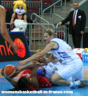 Spain and Greece battle for the ballEuroBasket Women 2009 © womensbasketball-in-france.com