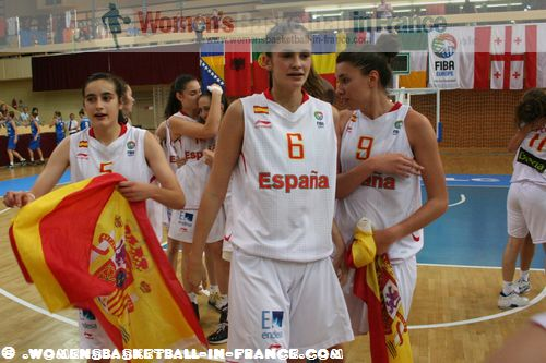 Spain U16 players celebrating in Miskolc after winning 2012 FIBA  Europe U16 European Championship final © womensbasketball-in-france.com