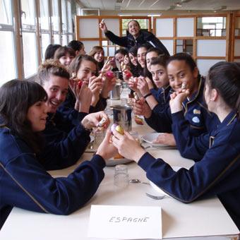 Spain U16 at the table at the 2009 Tournoi International du Poinçonnet© FEB.es