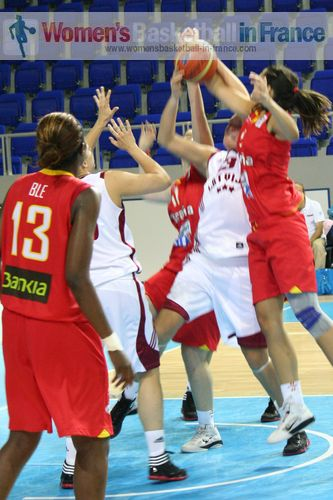 Players from Spain and Latvia U20 in the paint © womensbasketball-in-france.com