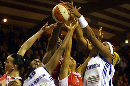 Tarbes and Spartak Moscow players scramble for the ball in EuroLeague Women action © Laurant Dard