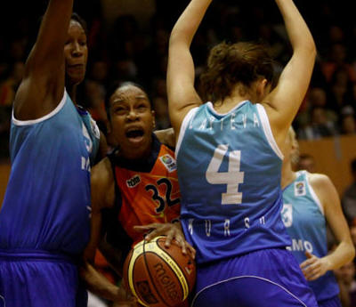 Tina Thompson looking for a way in   © Fiba Europe