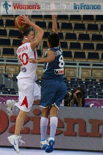 Veronika Bortelova and Edwige Lawson-Wade © womensbasketball-in-france.com