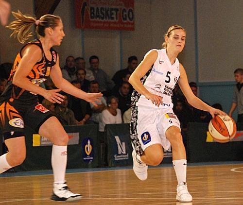 Virginie Bremont in action against Bourges Basket  © SO Armentières