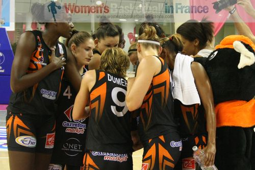 Bourges Basket players in the huddle © womensbasketball-in-france.com