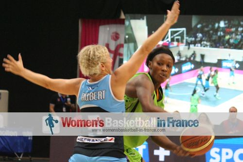 Caroline Aubert stopping Pauline Akonga N'Simiba at the 2013 Opel LFB