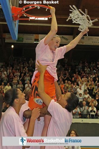 Cathy Joens cutting the net © Bourges Basket