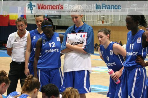 France U16 bench at time-out in Miskolc © womensbasketball-in-france.com