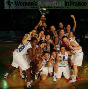 Italy U18 with winners trophy at the 2010 U18 FIBA Europe European Championship Women Division A © womensbasketball-in-france.com