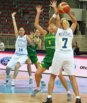 Italy playing basketball against Lithuania at  EuroBasket Women 2009 © womensbasketball-in-france.com