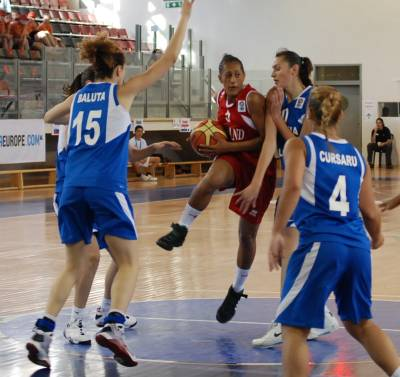 Katrin Chiemeka surrounded by Romanian basketball players in Eilat © ITSports Limor Noah