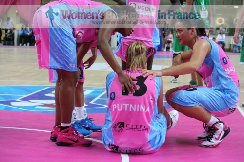 Krissy bade and Olesia Malashenko worried about  Aija Putnina © womensbasketball-in-france.com