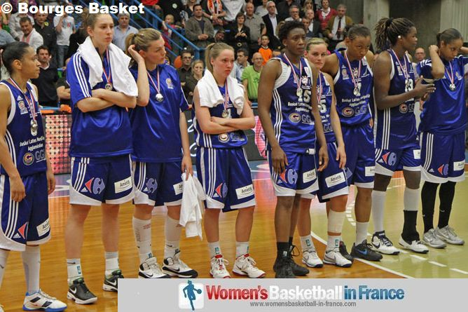 Lattes Monpellier players with the silver medals © Bourges Basket