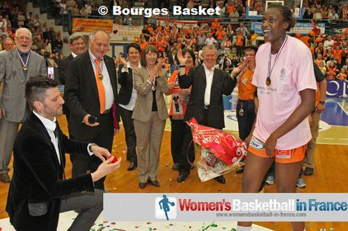 Will you Marry me ? Jennifer Digbeu replied yes © Bourges Basket