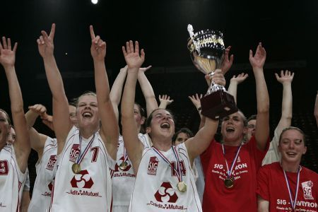 SIG women lift the Trophée Coupe de France féminine