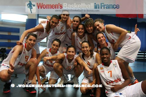 Spanish  U16 players celebrate in Miskolc © womensbasketball-in-france.com