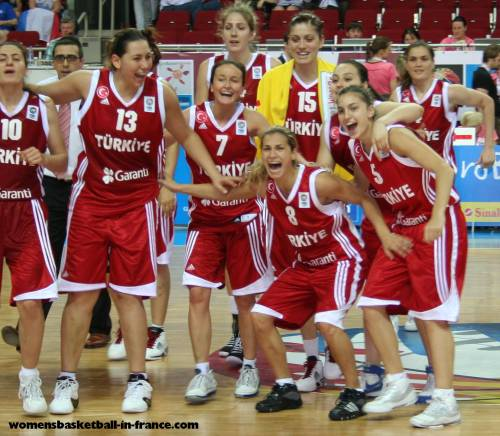 Turkey happy after beating Italy © womensbasketball-in-france.com