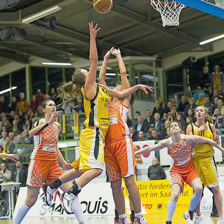 Women playing basketball: EuroCup Women 2010  © royals-saarlouis