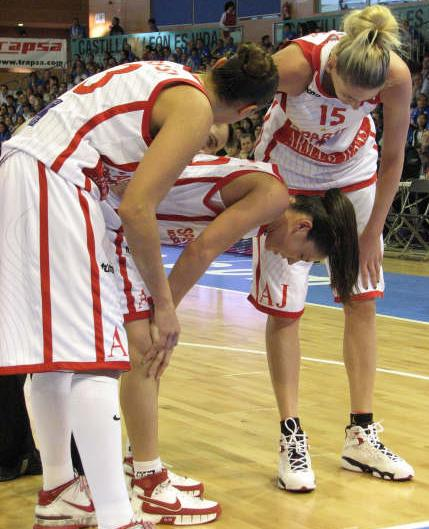 Sue Bird is checked by Lauren Jackson and Diana Taurasi ©   womensbasketball-in-france.com
