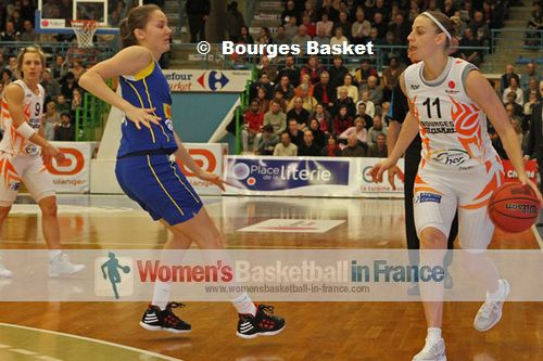 Cathy Joens with the ball for Bourges Basket © Bourges Basket