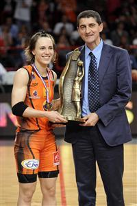 Céline Dumerc accepting the Joë Jaunay trophy  © FF BB/Jean Francois Molliere-Ciamillo&Castorial