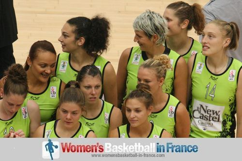 Mistie Mims and Challes-les-Eaux players (September 2011)  © womensbasketball-in-france.com