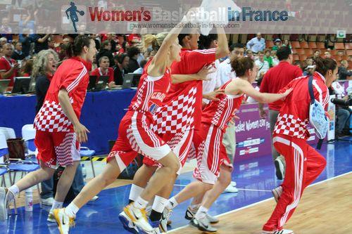 Croatia's bench celebrating at EuroBasket Women 2011 © womensbasketball-in-france.com