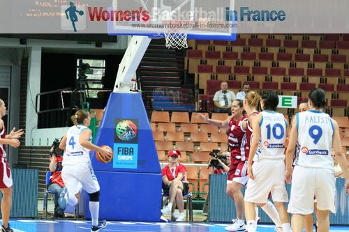 Dimitra Kalentzo on the way for an easy lay-up  © womensbasketball-in-france.com