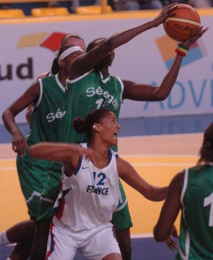 Florine Basque in white battles against Senegal at the 2009 Jeux de la Francophonie -  2009 Francophone Games © jeux2009.org