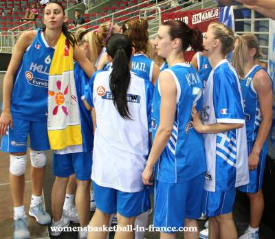 Greek players goto the supporter after losing to France © womensbasketball-in-france.com