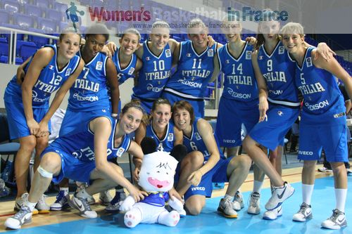 Italy U20 after beating Great Britain  © womensbasketball-in-france.com