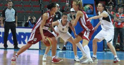 EuroBasket Women playing basketball from Latvia and the Slovak Republic c© womensbasketball-in-france.com