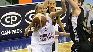 Marta Fernandez leading Wisla Can-Pack  © FIBA Europe