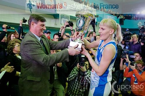 Natalia Vodopyanova taking the EuroCup Women Trophy 2012  © kurskweb.ru