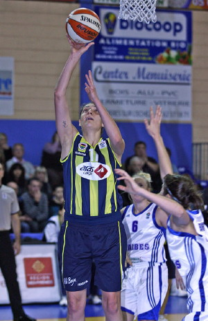 Nevriye Yilmaz hits the  basket against Tarbes © Olivier Sarre