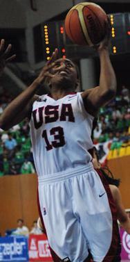Nneka Ogwumike taking the rebounds against Spain © FIBA