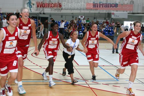 Roche Vendée celebrate with supporters  © womensbasketball-in-france.com
