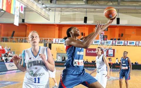 Sandrine Gruda playing against Italy at EuroBasket Women 2009 © Castoria - FIBA Europe